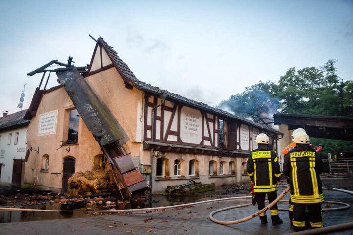 """Beim Großbrand auf dem Reiterhof """"Retterhof"""" entstand nach ersten Schätzungen ein Schaden in Höhe von mehreren hunderttausend Euro."""