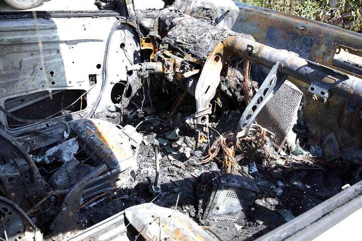 Einer der Wagen brannte komplett aus.