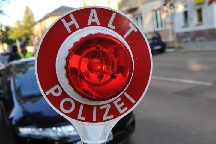 Die Polizei stoppte das Auto, das mit drei Betrunkenen besetzt war. (Symbolbild)