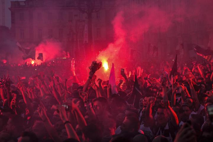 Viele Menschen wollten auf der Piazza San Carlo ihr Team anfeuern, am Ende gingen 1527 Menschen verletzt nach Hause.
