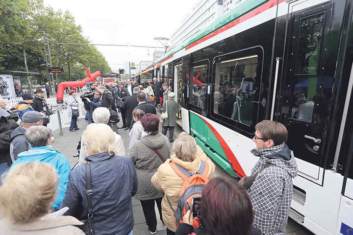 Alle wollen mitfahren: Nach mehr als zehn Jahren Warten, sind die Chemnitzer  heiß auf die neue Straßenbahn.
