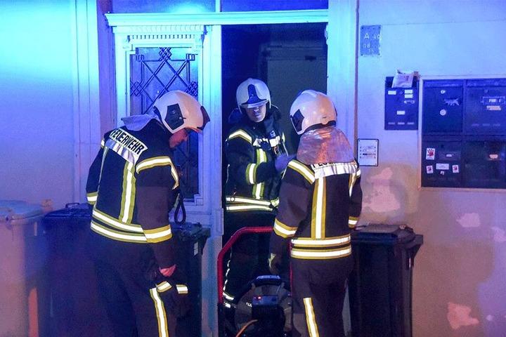 Die Feuerwehr musste nach dem Brandanschlag das Treppenhaus lüften.