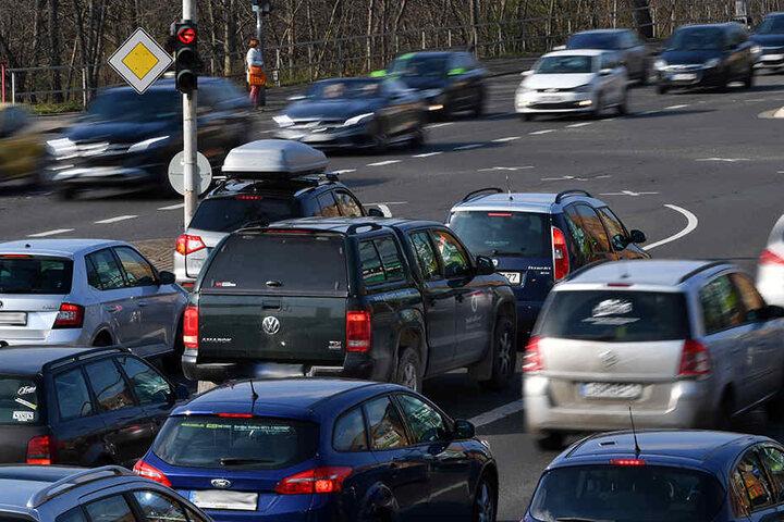 Die Ampeln sind so eingestellt, dass die Autos möglichst wenig halten müssen. Trotzdem gibt es manchmal Stau.