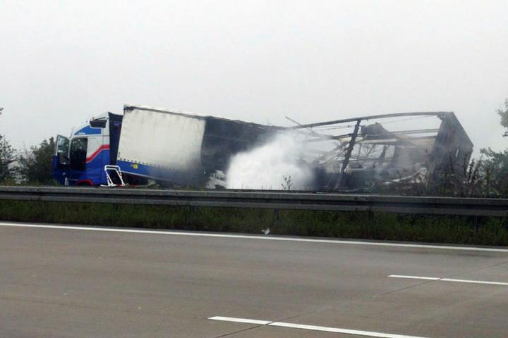 Der abgebrannte Gefahrguttransporter. Die A2 zwischen Braunschweig und Magdeburg ist komplett gesperrt.