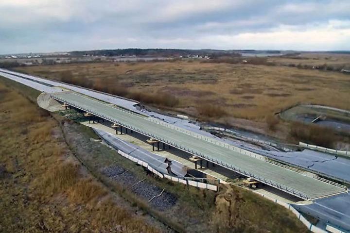 Die Visualisierung zeigt eine Behelfsbrücke über die eingestürzte Autobahn A20.