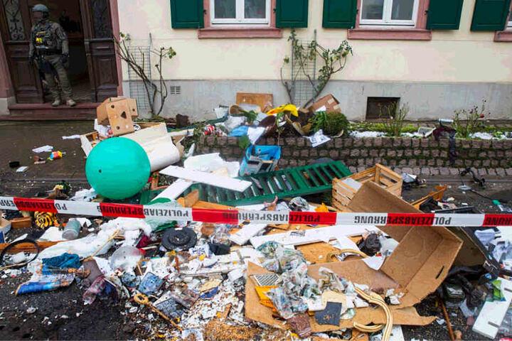 Der Mann hatte zunächst zahlreiche Gegenstände aus seiner Wohnung auf die Straße geschmissen.