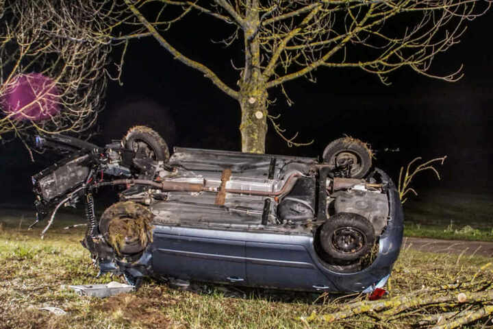 Der Fahrer kam leicht verletzt ins Krankenhaus, der Schaden beträgt rund 15.000 Euro.
