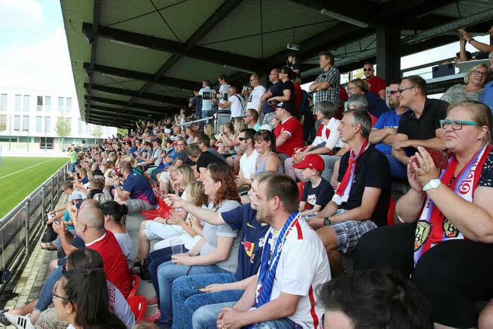 Zahlreiche Fans werden die gesamte Woche die Trainingseinheiten von RB Leipzig live am Cottaweg verfolgen können.