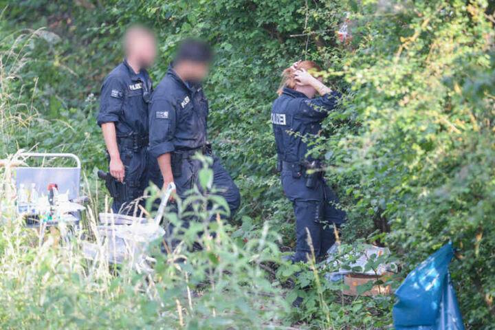Polizisten untersuchen den Tatort (Archivbild).