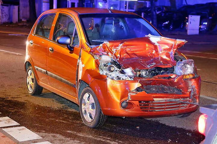 Der Chevrolet wurde bei dem Crash stark beschädigt.