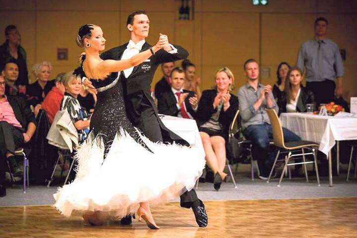 Mit seiner Verlobten Annika Röhl (29) tanzte Phil schon bei der  Weltmeisterschaft mit. Hier ist das Paar bei der Sachsenmeisterschaft zu  sehen.