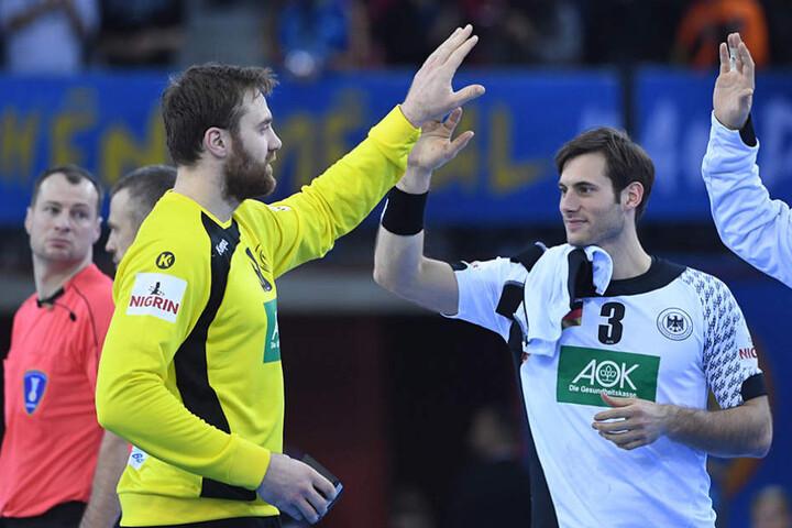 Torhüter Andreas Wolff (l.) klatscht sich nach erfolgreichem Match mit Uwe Gensheimer ab.