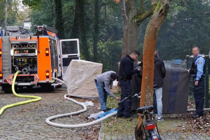 Bei den Löscharbeiten entdeckten die Rettungskräfte eine Person, die sie nur noch leblos bergen konnten.
