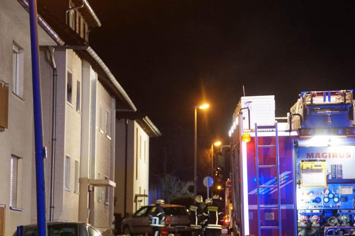 Die Feuerwehr löschte den Brand und barg eine Person mit einer Drehleiter aus der Wohnung.