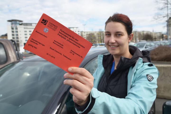 Das ist die Lösung: Sandra Grieger (30) zeigt die Parkkarte für den Frauenparkplatz.