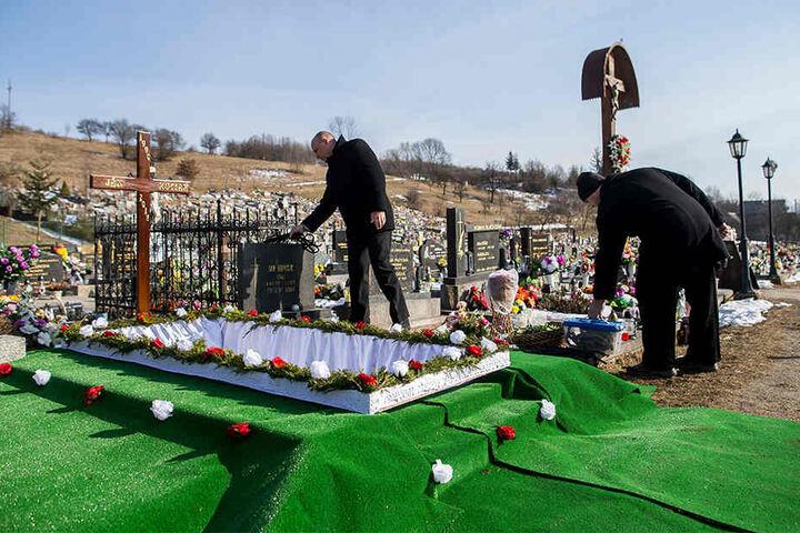 Am Samstagvormittag wurde das Grab für Jan Kuciak wird für die Beerdigung vorbereitet.