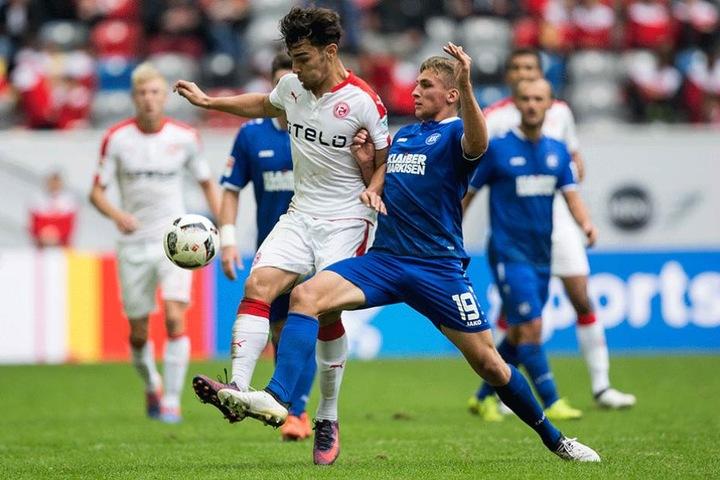 Grischa Prömel im Zweikampf mit Kaan Ayhan von Fortuna Düsseldorf.