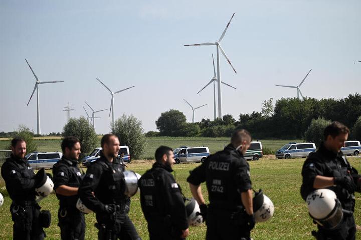Die Polizei ist mit einem Großaufgebot inklusive Wasserwerfern vor Ort.
