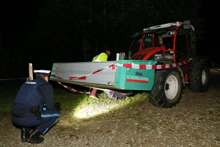 Polizisten durchsuchen den Unglücks-Traktor in Bayern.
