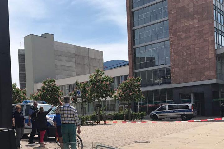 Die Polizei hat den Gebäudekomplex komplett abgesperrt.