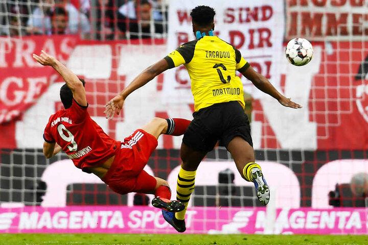 Robert Lewandowski (l.) netzte nach einem schlimmen Fehlpass von Dortmunds Dan-Axel Zagadou zum 2:0 für die Bayern ein.