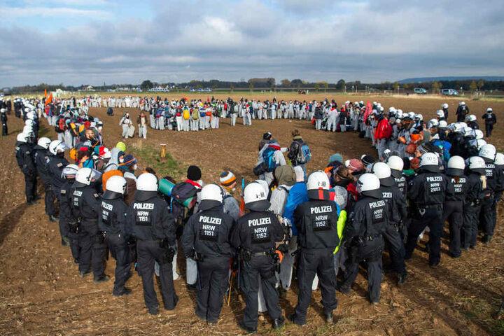 Aktivisten des Aktionsbündnisses «Ende Gelände» sind auf einem Feld am Tagebau Inden von der Polizei eingekesselt.