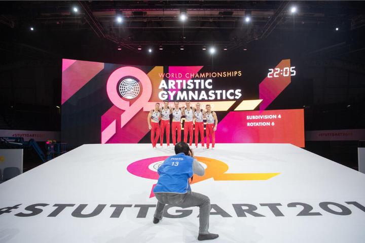 Das deutsche Turn-Team der Männer stehen auf der Bühne.