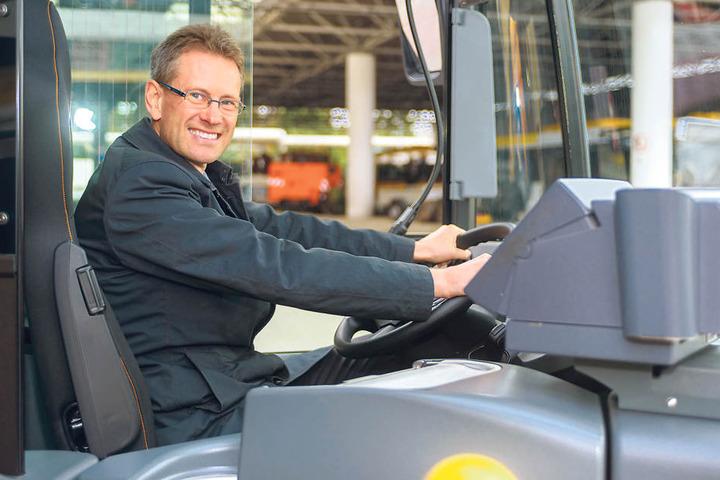 DVB-Vorstand Andreas Hemmersbach (48) am Steuer des neuen überlangen  Busses.