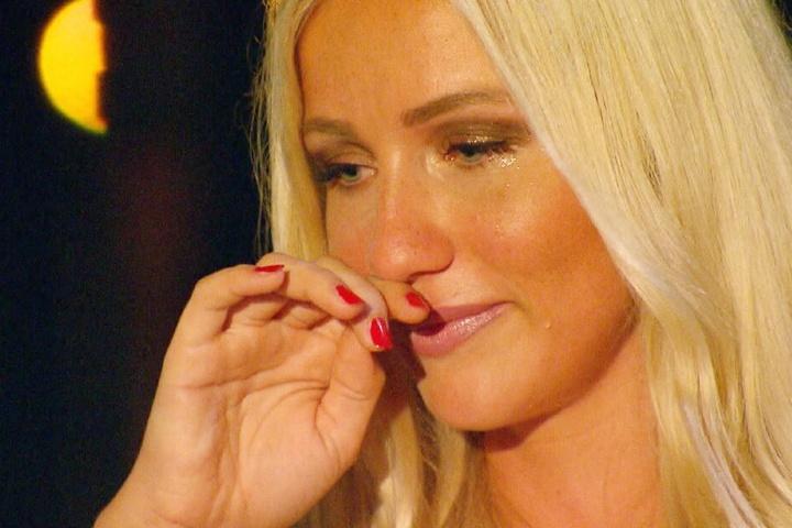 Robins Freundin Lena (22) bricht in Tränen aus, als sie sieht, was die Leipzigerin Michelle mit ihm getrieben hat.