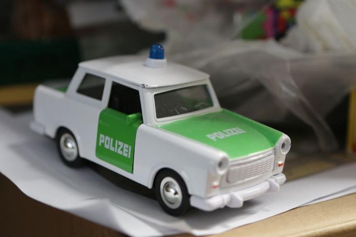Legendär: Die kleine Pappe als Polizeiauto.