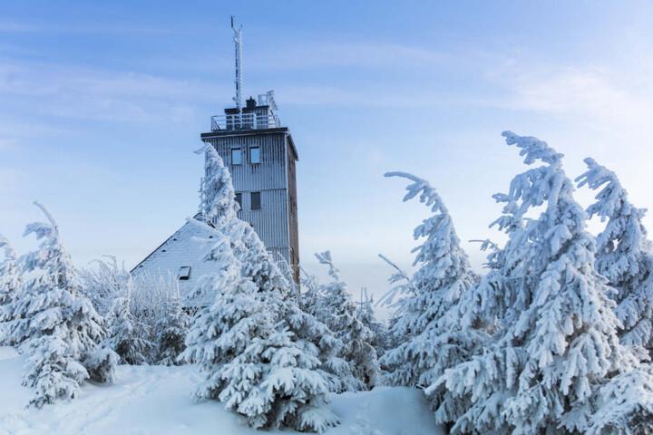 Auf dem Fichtelberg liegt etwa ein halber Meter Schnee.