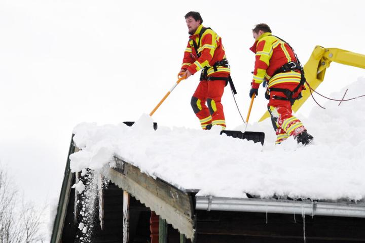 Helfer und Einsatzkräfte kämpfen rund um die Uhr in Bayern gegen die Schneemassen. (Archivbild)
