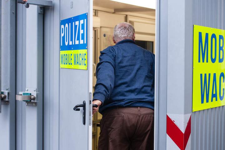 Die Polizei fordert eine Wache mitten auf dem Festivalgelände.
