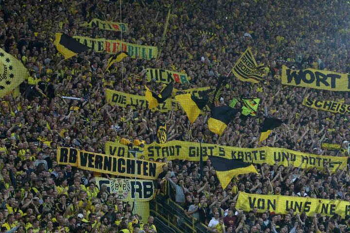 Die Fans brachten eine ganze Reihe von Spruchbändern mit in den Signal-Iduna-Park.