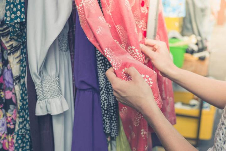 Auf dem Weiberkram Mädelsflohmarkt wird Vintage- und Second-Hand-Mode für Frauen angeboten. (Symbolbild)