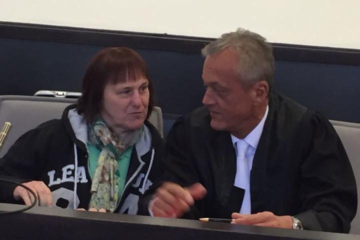 Peter Wüller (rechts) und seine Mandantin Angelika W. reden kurz vorm Prozessbeginn.