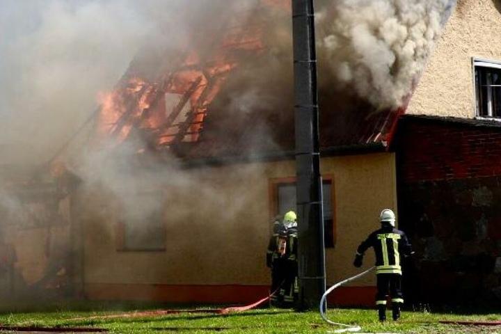 Flammen und Rauch dringen aus dem Dachstuhl des Einfamilienhauses.