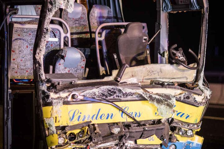 Die Front des Reisebusses wurde durch den Zusammenprall komplett zerstört.