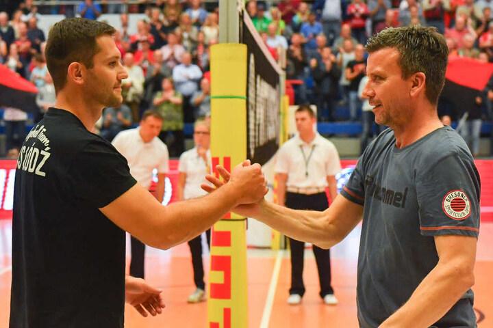 DSC-Chefcoach Alex Waibl (r.) und  sein ehemaliger Assistent Michal Masek (Lodz, l.) begrüßen sich vor dem  Testspiel.