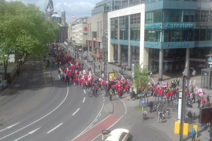 Ein Teil der Demonstranten auf ihrem Weg zum Heumarkt am Dienstagmittag.