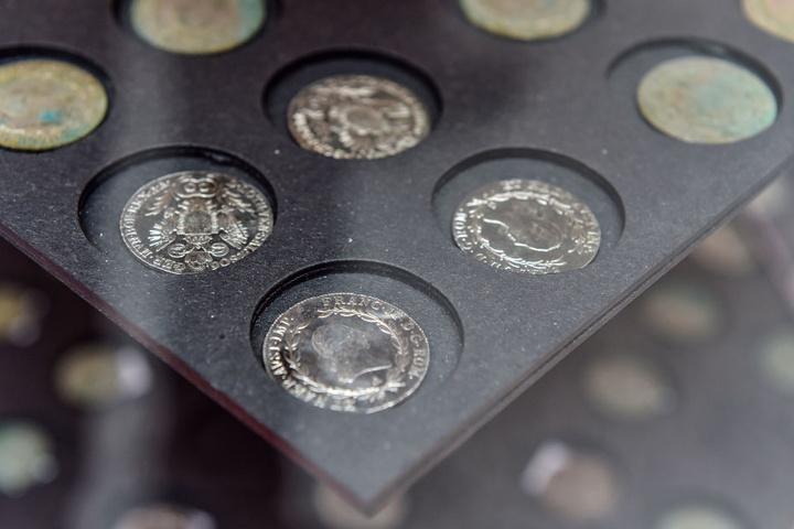 Insgesamt besteht der gefundene Schatz aus 2277 Münzen.