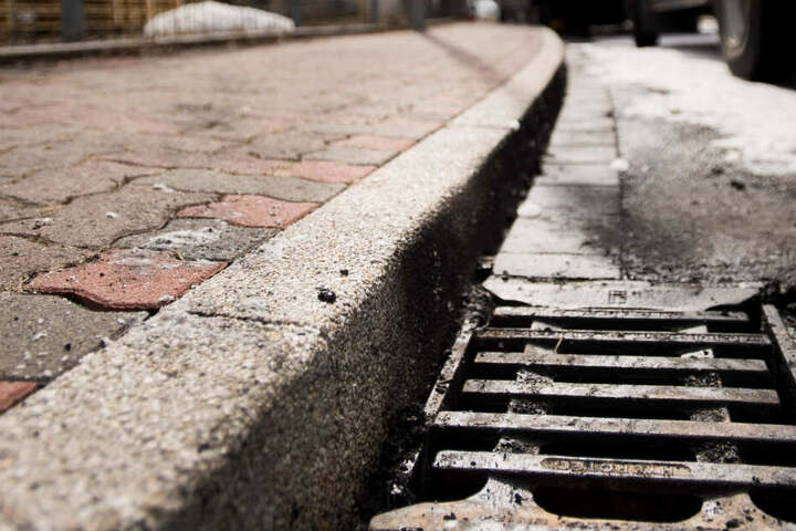 Weil er auf dem Boden lag und etwas im Gully suchte, wurde der Mann von einem Auto überfahren. (Symbolbild)