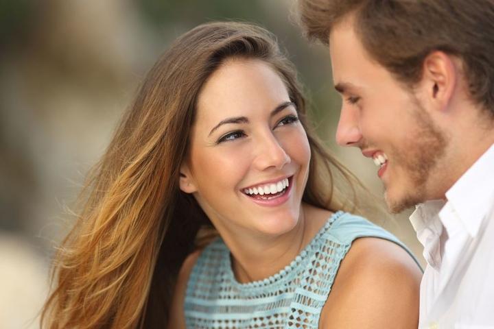 In dem Flirt-Workshop lernen die Teilnehmer mit Selbstvertrauen in Kontakt zu treten und mit Charme zu erobern.(Symbolbild)