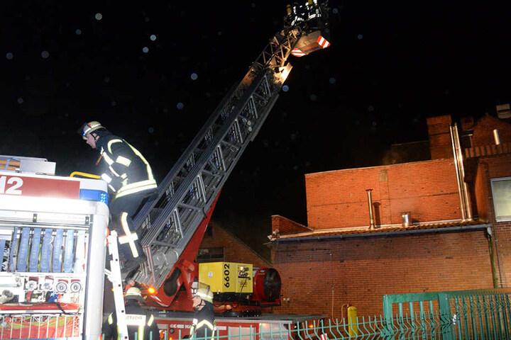Mit einer Drehleiter machte sich die Feuerwehr ein Bild von der Situation.
