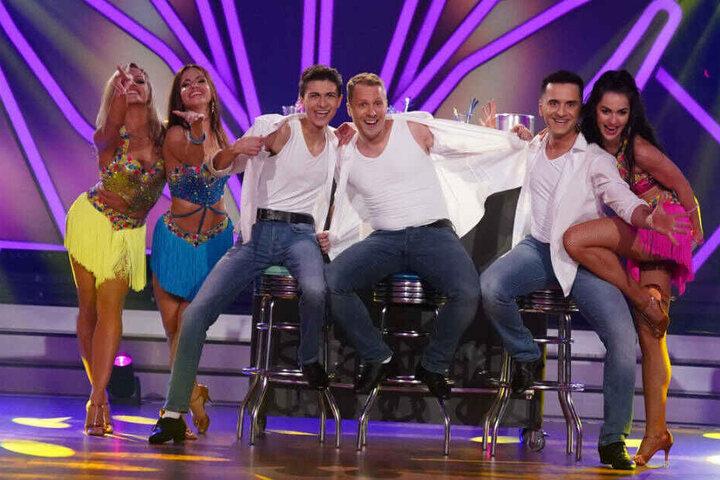 """Oliver Pocher (M.), Lukas Rieger (l.) und Özcan Cosar bei ihrem Gruppentanz: Oli wird mit Sicherheit trotz aller Späße alles geben bei """"Let's Dance""""."""