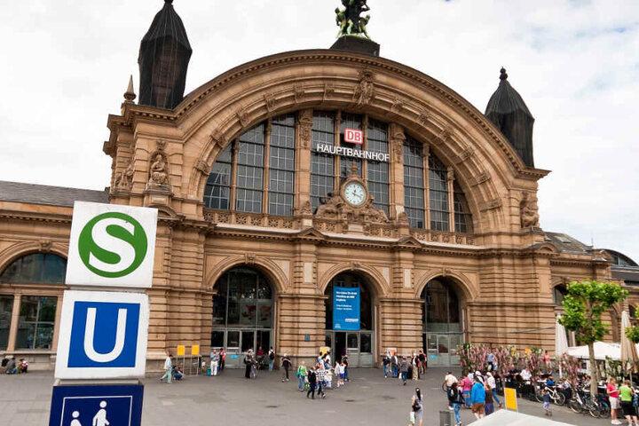 Das Archivbild zeigt den Haupteingang des Frankfurter Hauptbahnhofes von außen.