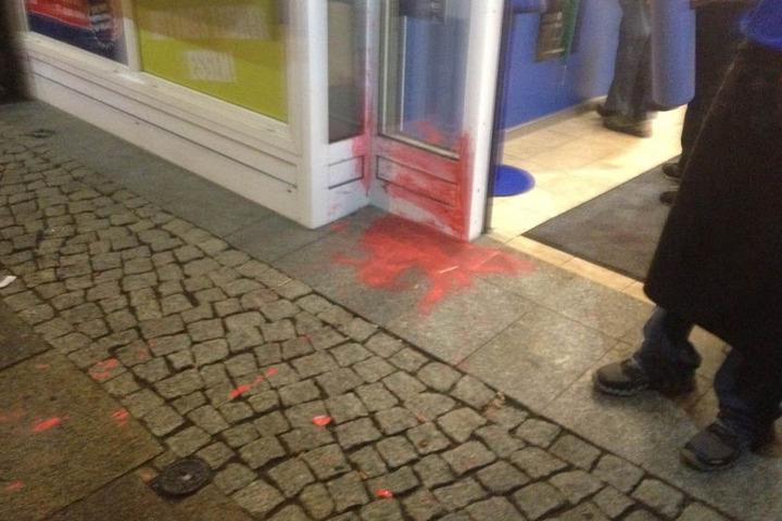 Am Eingang zur Burgerhotline/Neustädter flog eine Flasche mit Farbe. Einem Angestellten wurde die Schürze bespritzt.