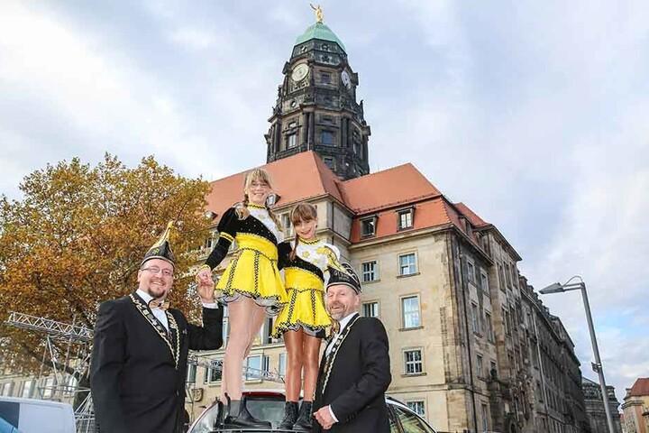 Daniel Weißflog (38, l.) und Olaf Buschmann (51) vom Elferrat Gebau mit den Tanzmariechen Vanessa (11) und Leona (7).