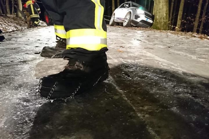 Nur mit Grödeln, speziellen Spikes unter den Schuhen, konnten sich die Einsatzkräfte sicher bewegen.