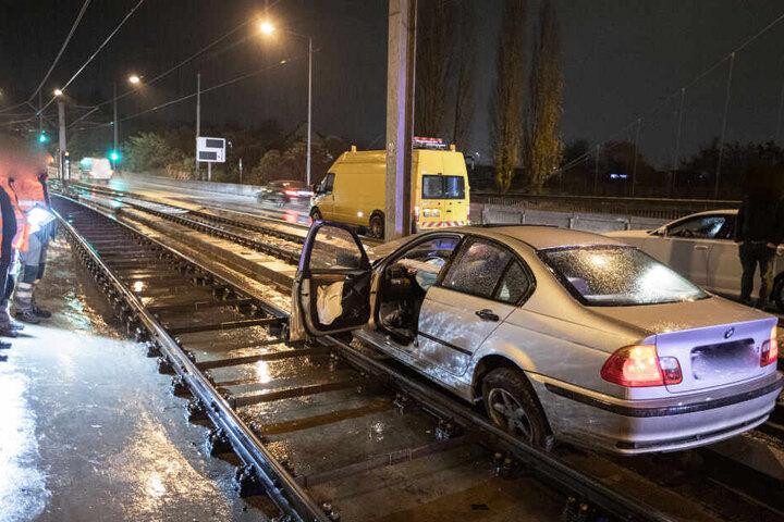 Auf den Gleisen bleibt er stehen und blockiert die Stadtbahngleise.